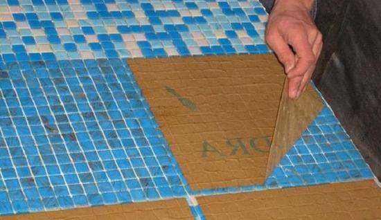 Как положить мозаичную плитку на сетке своими